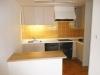 既存のキッチンを活かし、壁には奥様要望の黄色いタイル貼りで雰囲気を一新。20畳以上はある開放的なリビングのアクセントに。